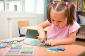Malá holčička se hraje s plastelínou
