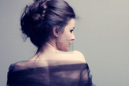 Photo pour Femme élégante avec chignon, profil de vue arrière, plan studio - image libre de droit