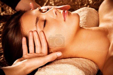 Foto de Mujer recibiendo masaje facial en spa - Imagen libre de derechos