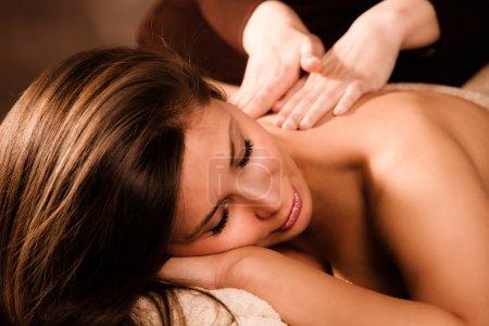 Photo pour Femme profiter de massage dans le dos dans le salon de spa - image libre de droit
