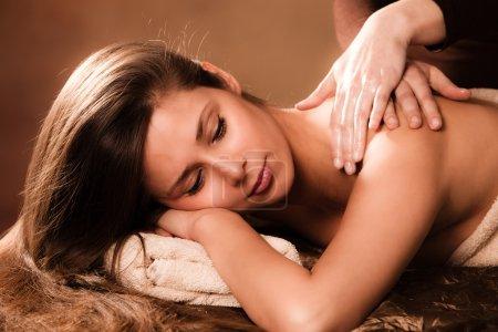 Photo pour Femme profiter de massage dans le dos dans le spa - image libre de droit