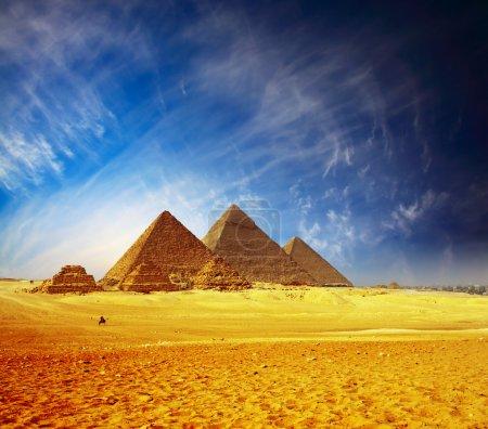 Photo pour Grandes pyramides dans la vallée de Gizeh. Égypte - image libre de droit
