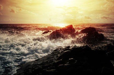 Photo pour Fortes vagues de mer se brisant sur la côte rocheuse avec éclaboussures - image libre de droit