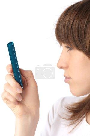 Photo pour Jeune femme avec téléphone portable - image libre de droit