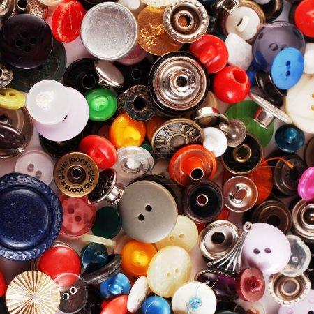 Photo pour Tas de boutons colorés - image libre de droit