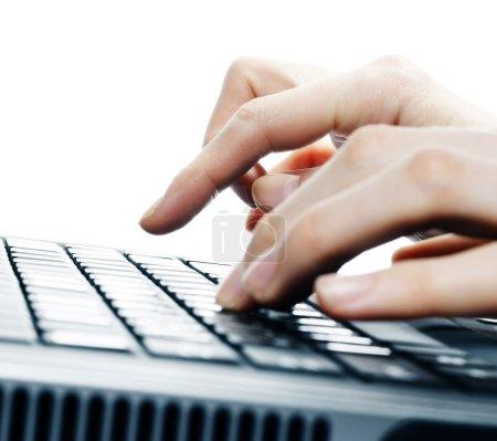 Photo pour Mains sur le clavier de l'ordinateur - image libre de droit