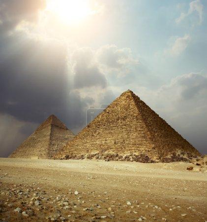 Photo pour La lumière du soleil sur les pyramides de Gizeh. Égypte - image libre de droit