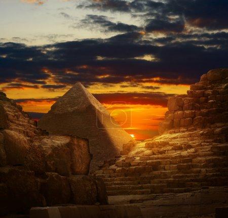 Photo pour Coucher de soleil dans les pyramides de Gizeh - image libre de droit