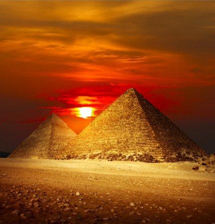 Photo pour Pyramides dans la vallée de Gizeh sous la lumière du coucher du soleil - image libre de droit