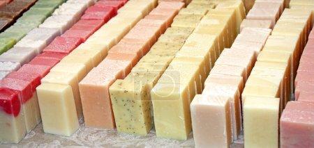 Photo pour Une collection de variétés et de couleurs différentes de savon . - image libre de droit