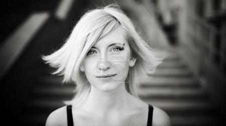 Photo pour Portrait noir et blanc avec vent léger et lumière naturelle douce, mise au point sélective sur les yeux - image libre de droit