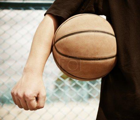 Photo pour Concept de sport de rue (point focal sur la balle)  ) - image libre de droit