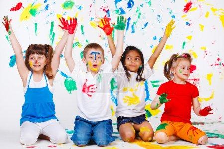 Photo pour Étudiants juniors excités avec les mains peintes - image libre de droit