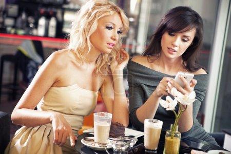 Foto de Dos mujeres con un smartphone - Imagen libre de derechos