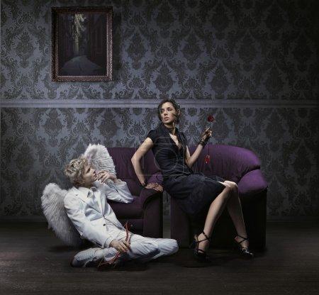 Foto de Una mujer hermosa y Cupido posando - Imagen libre de derechos