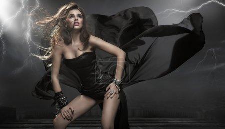 Photo pour Magnifique femme vêtue d'une robe noire - image libre de droit