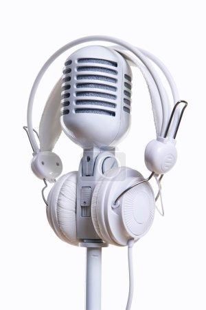 Photo pour Microphone blanc et écouteurs sur fond blanc - image libre de droit