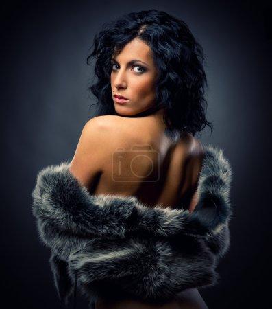 Photo pour Belle femme sexy en manteau de fourrure - image libre de droit