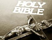 Kříž na Bibli
