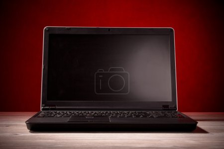 Photo pour Ordinateur portable sur une table - image libre de droit