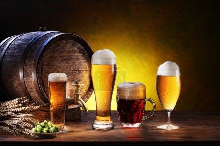 Photo pour Baril de bière avec verres à bière sur une table en bois. le fond sombre - image libre de droit