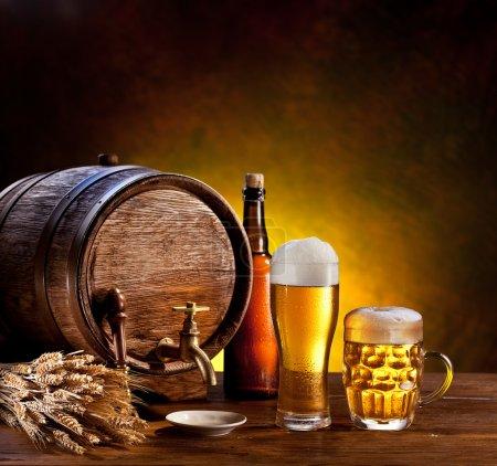 Photo pour Baril de bière avec verres à bière sur une table en bois. le fond sombre. - image libre de droit