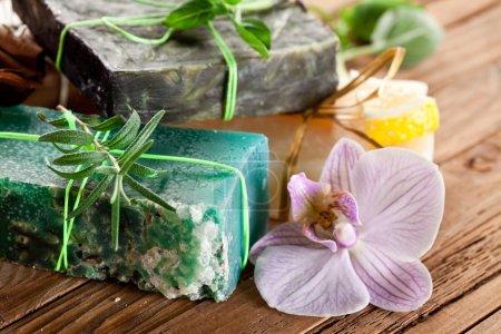 Photo pour Pièces de savon naturel aux herbes . - image libre de droit