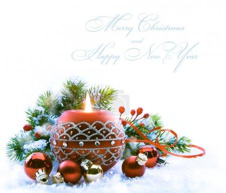 Foto de Tarjeta de felicitación de Navidad con adornos de Navidad sobre fondo blanco - Imagen libre de derechos