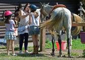 Lányok felkészülnek arra, hogy lovagolni