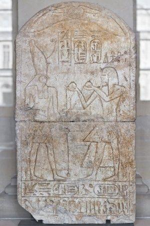 Photo pour Hiéroglyphe égyptien sculpté dans la pierre. Ramsès iii offrant des verres à vin au Dieu horus. - image libre de droit