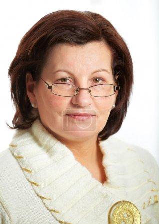 Photo pour Magnifique portrait de femme d'affaires d'âge moyen portant des lunettes au bureau . - image libre de droit