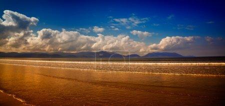 Photo pour Beau paysage estival à Inch Strand, l'une des plages les plus célèbres d'Irlande . - image libre de droit