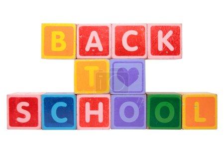 Photo pour Lettres de jouet qui sort à l'école sur un fond blanc avec un tracé de détourage - image libre de droit