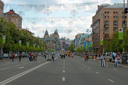 Photo pour Khreshchatyk. la rue centrale de Kiev capitale de l'ukraine pendant la journée. week-end, cette rue devienne une zone piétonne pour la marche des résidents et des visiteurs. 15 mai 2011 photographié. - image libre de droit