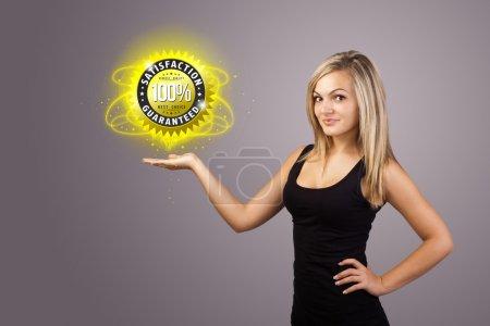 Photo pour Jeune femme tenant signe d'entreprise virtuelle - image libre de droit