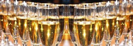 Photo pour Célébration du champagne lors d'une fête - image libre de droit