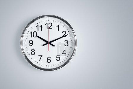 Photo pour Horloge brillant argent, accroché à la paroi avec espace copie - image libre de droit