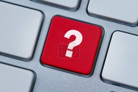 Photo pour Gros plan de la clé d'ordinateur rouge avec un point d'interrogation dessus - image libre de droit