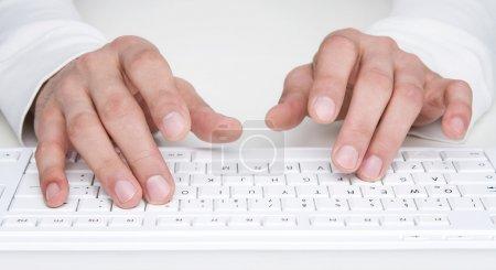 Photo pour Gros plan de mains humaines en tapant au clavier - image libre de droit