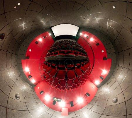 Photo pour Un panorama de 360 degrés de la salle de cinéma, style mini planète - image libre de droit