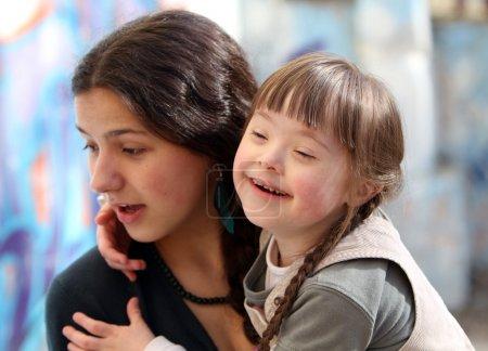 Photo pour Moments de joie en famille - la mère et l'enfant ont un amusement - image libre de droit