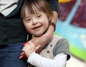 Porträt von schönen jungen Mädchen auf dem Spielplatz