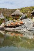 Bambusové chýše odrážejí na bazén
