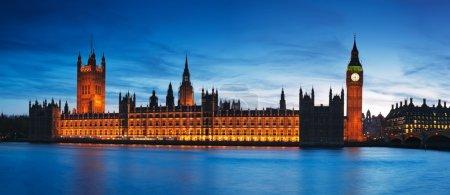 Photo pour Vue de la nuit des chambres du Parlement. - image libre de droit