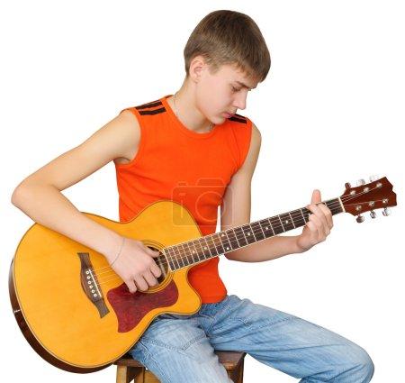 Photo pour Teen choisit les accords d'une chanson. Apprendre à jouer la guitare classique - image libre de droit