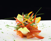Gurmánské jídlo. Uzený losos se zeleninou