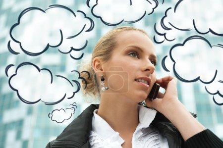 Retrato de mujer de negocios bastante hermosa en el teléfono con un