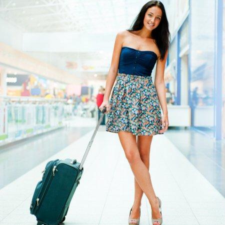 jeune femme avec des bagages à l'aéroport international