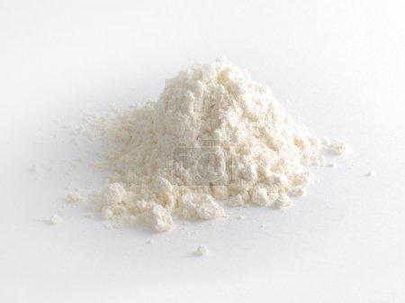 Photo pour Poignée de poudre blanche sur blanc - image libre de droit