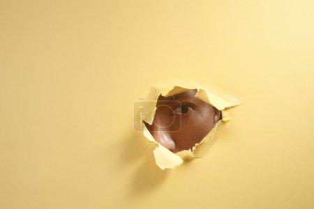 Photo pour Stock image homme regardant à travers un trou - image libre de droit
